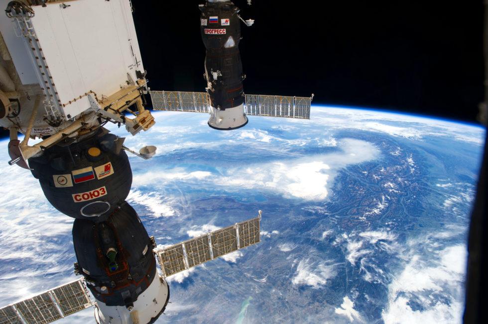 Die ISS überquert die Alpen: Zu sehen ist im Vordergrund die russische Sojus, die die die Astronauten und Material zur ISS transportiert.