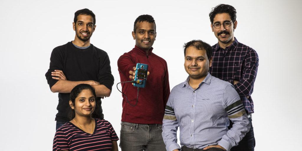 Das Forscherteam hinter der Laserladetechnik besteht aus den fünf Wissenschaftlern (v.l.) Rajalakshmi Nandakumar (vorne), Vikram Iyer, Shyam Gollakota, Arka Majumdar sowie Elyas Bayati.