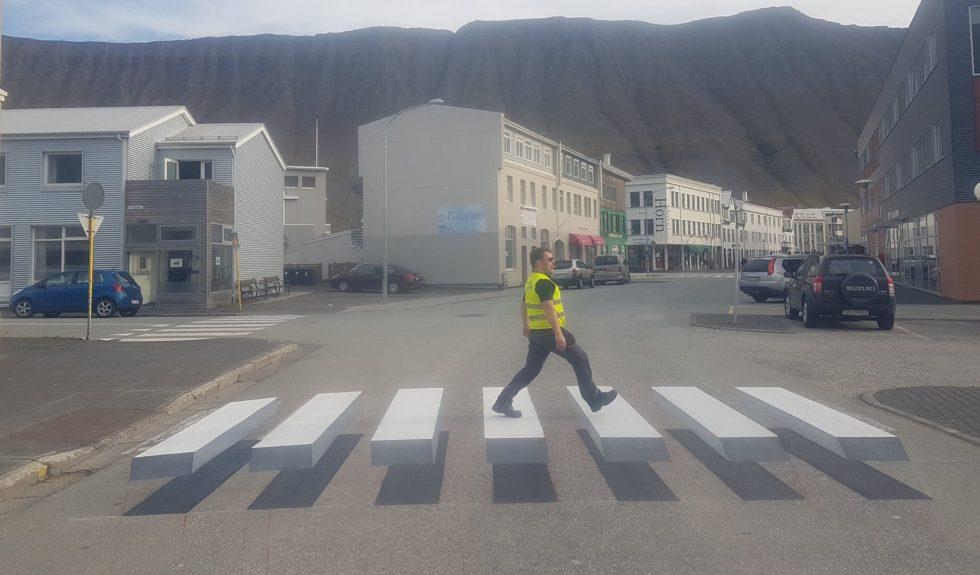 Beeindruckend: Durch besondere Maltechnik lassen sich Zebrastreifen in 3D-Optik auf Straßen aufbringen. Die Hoffnung: Die Autofahrer beachten stärker die neuen Zebrastreifen.