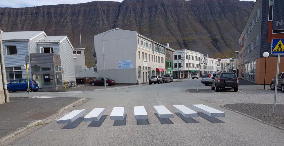 Schwebender Zebrastreifen in Island.