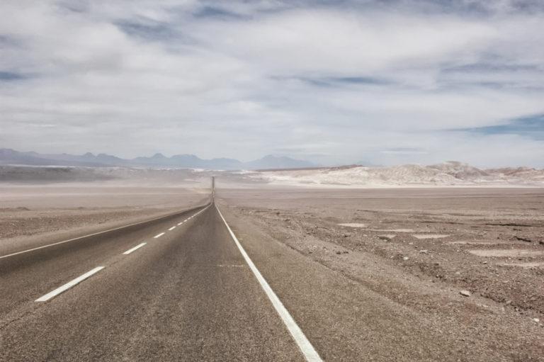 Die inoffiziell längste Straße der Welt führt auch durch die Atacama-Wüste. Foto: panthermedia.net/sephirot17