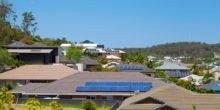 Blick über Häuserdächer mit Photovoltaikanlagen.