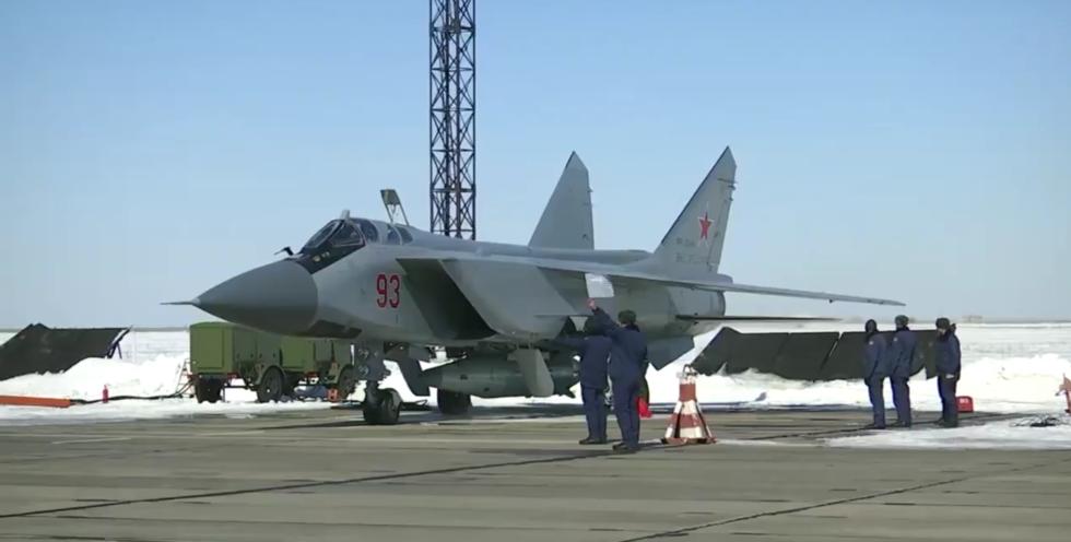 Kurz vor dem Start: Russische MIG31 mit einer Hypersonic-Rakete unter dem Rumpf.