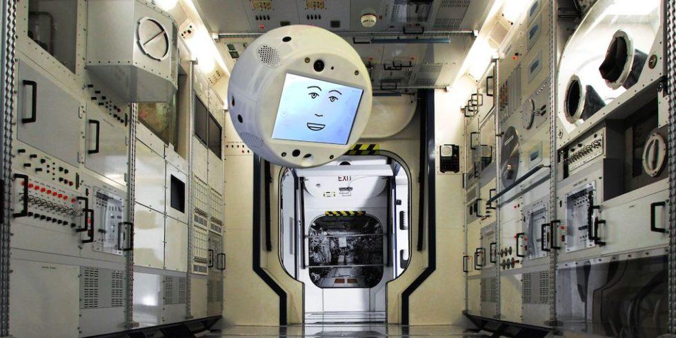 Die künstliche Intelligenz Cimon ist 5 kg schwer, weiß, rund und in etwa so groß wie ein Medizinball mit einem freundlich lächelnden Gesicht auf einem acht Zoll großen Display.