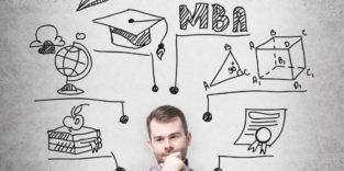 Nachdenklicher Mann vor einer Skizze zum MBA