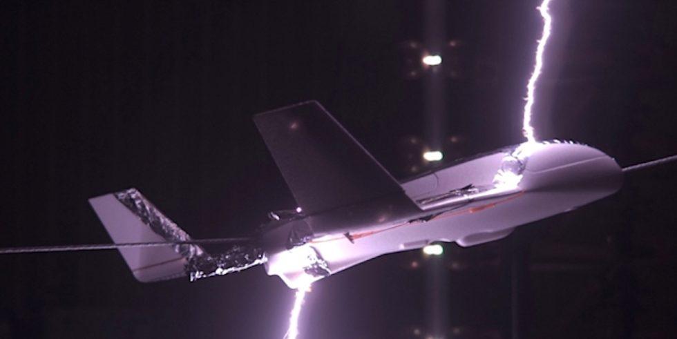 Volltreffer: Ein Blitz trifft ein Modellflugzeug im Windkanal. Doch angeblich reduziert die elektrische Tarnkappe die Wahrscheinlichkeit für einen solchen Einschlag signifikant.