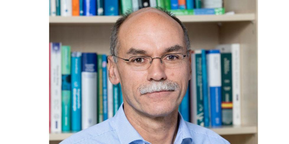 Porträtbild von Wolfgang Streit vor einem Buchregal