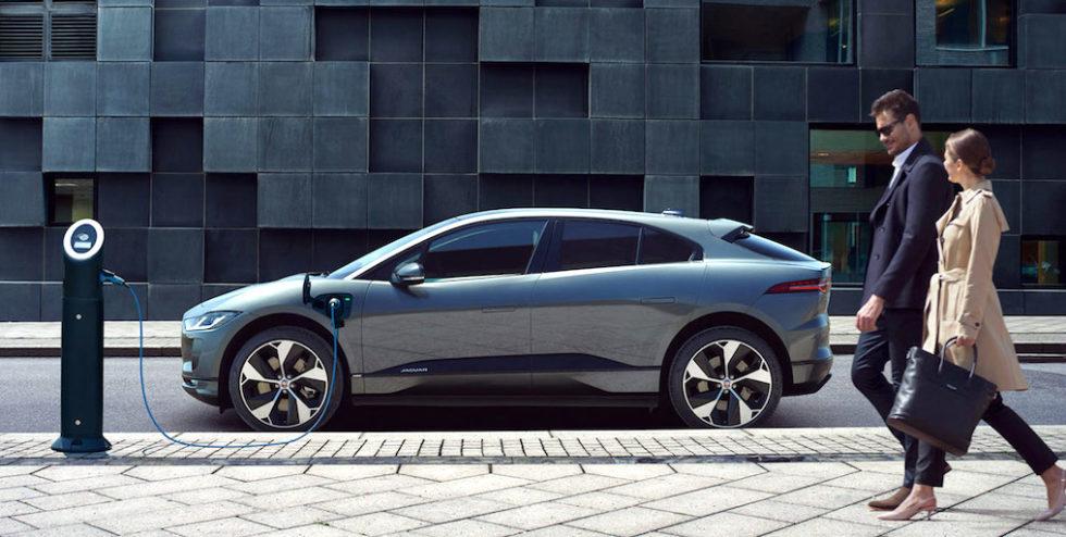 Schnell bereit für die Weiterfahrt: An einer 100-kW-Schnellladesäule ist das Elektroauto von Jaguar in 15 Minuten fit für 100 km.