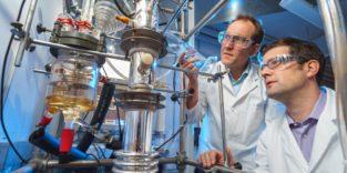 Zwei Männer in weißen Kitteln im Labor