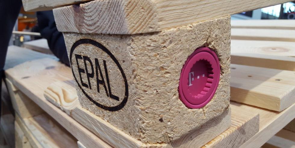Das Fraunhofer-Institut für Materialfluss und Logistik IML und die European Pallet Association (EPAL) haben eine intelligente Europalette entwickelt. Sie meldet laufend ihren Standort.