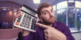 Mann mit Taschenrechner