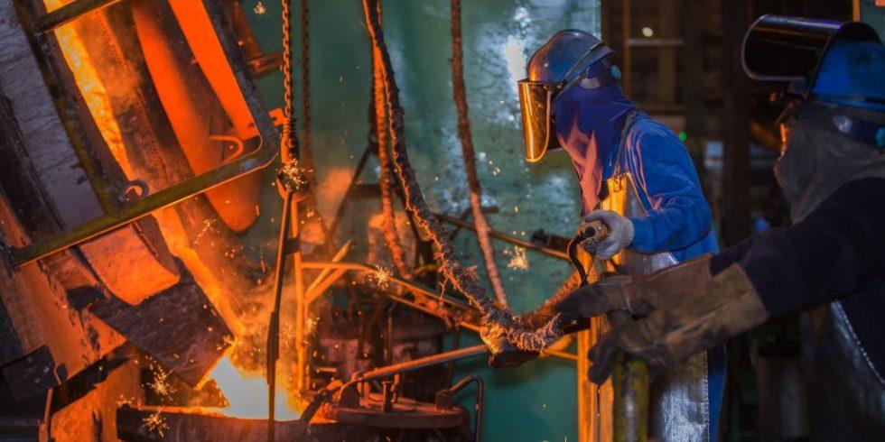 Arbeiter in Schutzkleidung in der Metallverarbeitung