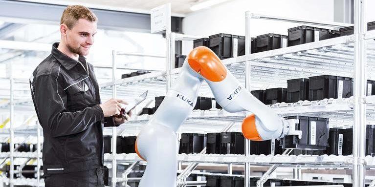 Teamwork von Mensch und Maschine in der Fabrik der Zukunft