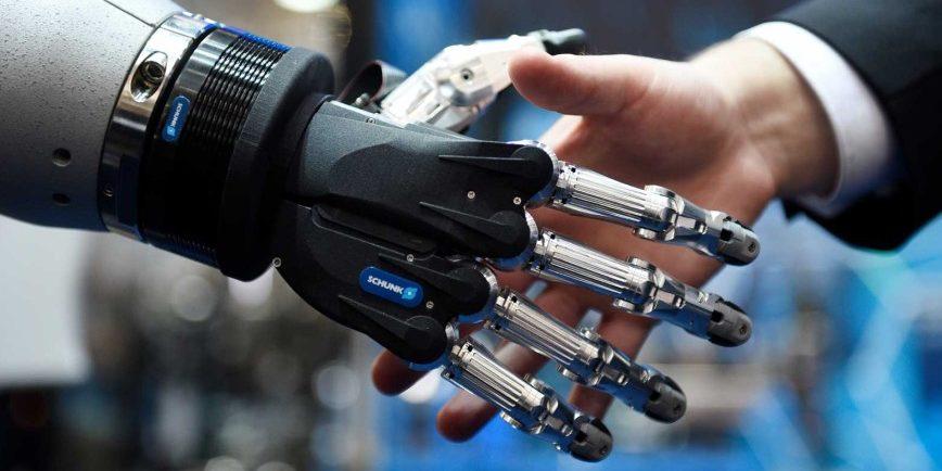 Intelligente Roboterhand: Durch den konsequenten Einsatz intelligenter Roboter und selbstlernenden Computern kann das deutsche Bruttosozialprodukt um bis zu 4 Prozent oder in Euro umgerechnet um 160 Milliarden Euro höher liegen als ohne den Einsatz von KI. Das sagt eine McKinsey-Studie.