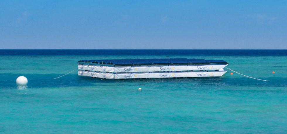 Aufbau der Solarinseln: Zur Hälfte liegen sie im Wasser, um Wellen besser standzuhalten.