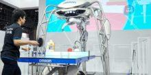 Tischtennis-Roboter Forpheus und Tischtennisprofi Dimitrij Ovtcharov an der Platte