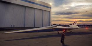 Überschalljet vor einem Hangar