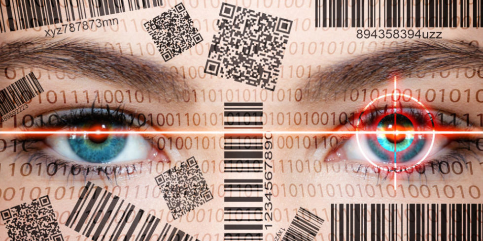 Frauengesicht mit aufgedruckten Barcodes und QR-Codes