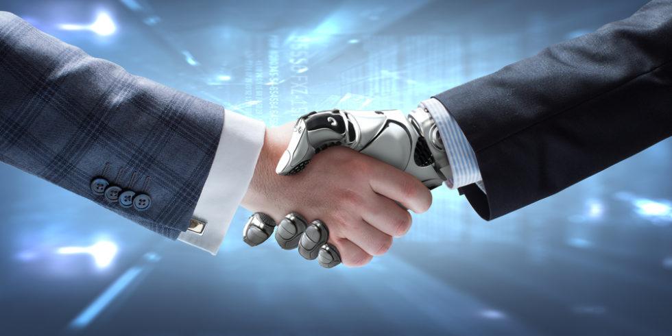 Ein Mensch gibt einem Robotermenschen die Hand