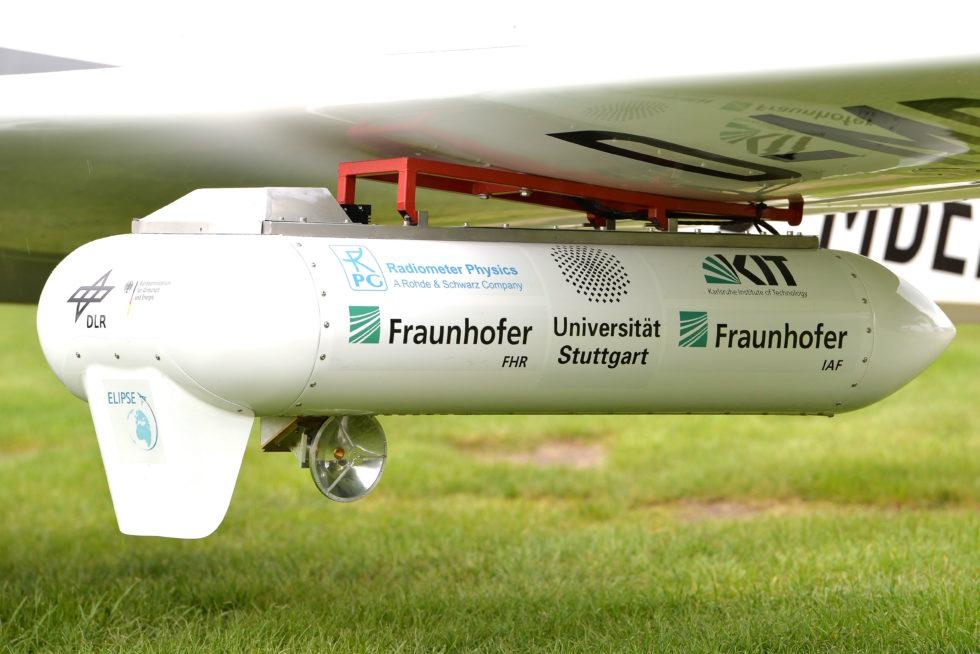 Schnelles Internet im Flugzeug dank Sender am Flügel: Eine kleine Parabolantenne sorgt für die korrekte Ausrichtung auf die Bodenstation.