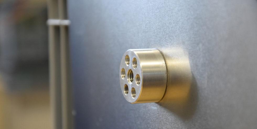 Ohne Schweißen: Der Flansch aus Aluminium hält fest an der Aluminiumwand.