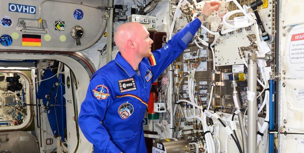 """Der deutsche ESA-Astronaut Alexander Gerst war vom 28. Mai bis zum 10. November 2014 für die Mission """"Blue Dot"""" auf der Internationalen Raumstation ISS im Einsatz ISS. Während der 165-tägigen Mission war er in 100 verschiedene Experimente der ISS-Partner eingebunden. Hier im Bild schaltet er die ESA-Experimente EML und MagVektor/MFX im Columbus-Labor ein."""