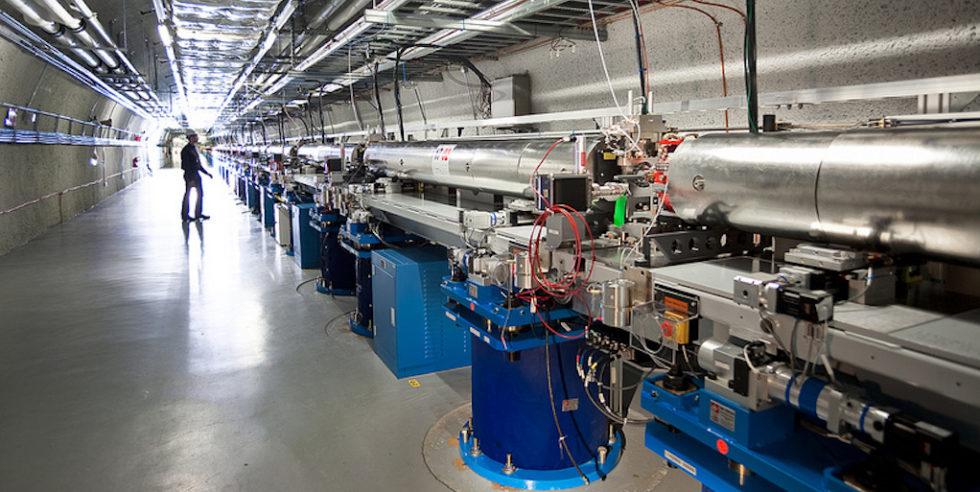 LCLS: Mit dem Freie-Elektronen-Laser im kalifornischen Teilchenbeschleuniger wurden ultrakurze und hochintensive Röntgenblitze auf einen feinen Wasserstrahl geschossen.