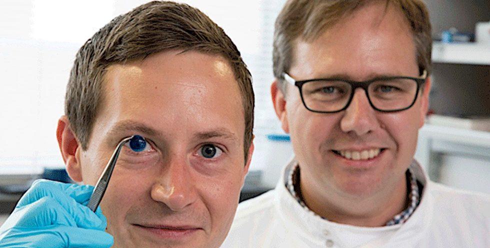 Steve Swioklo und Forschungsleiter Che Connon (re.) von der Newcastle University zeigen eine mit ihrer Biotinte gedruckte Hornhaut.