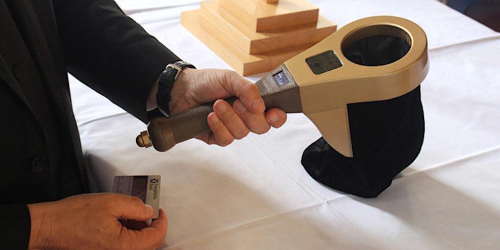 Digitaler Klingelbeutel: Spendenwillige können entweder wie gehabt Münzen hineinwerfen oder aber mit EC-Karte spenden.