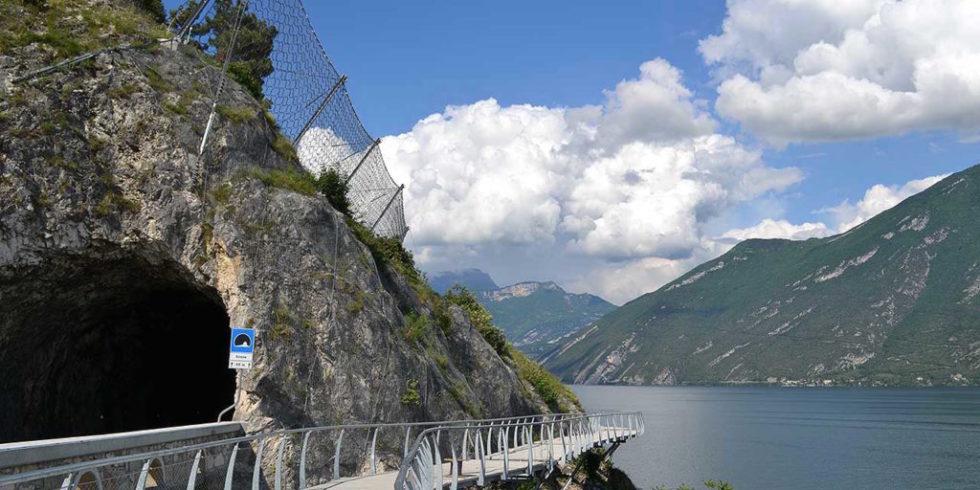 50 Meter hoch über dem Gardasee verläuft das erste, jetzt freigegebene Teilstück des Radweges rund um den See. Foto: Gemeinde Limone