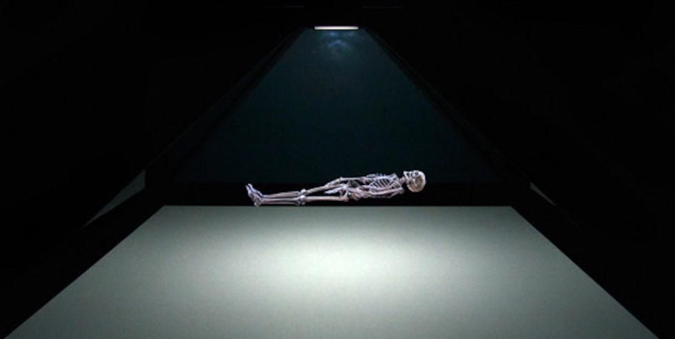Die Mumie Ta-cheru als Holographie. Zum Schluss wird das Skelett sichtbar.
