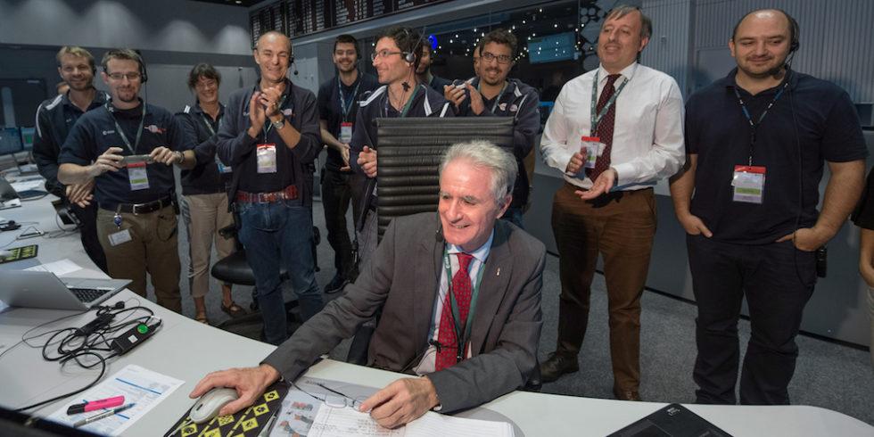 Paolo Ferri hat in der Missionskontrolle der ESA in Darmstadt Funkkontakt zu Rosetta.