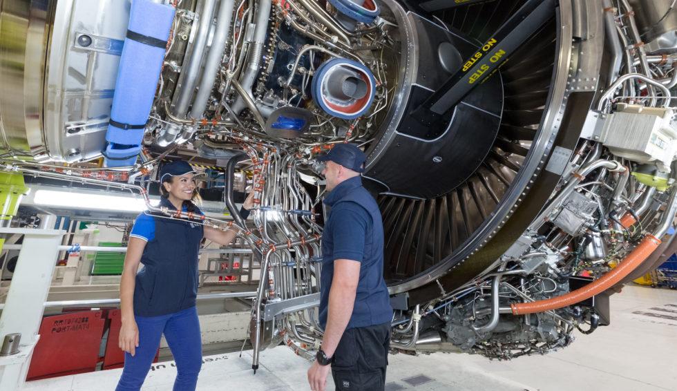 Um ein Triebwerk zu warten, wird es zu großen Teilen demontiert. Jetzt will Rolls-Royce Miniroboter einsetzen, um unzugängliche Stellen zu erreichen.