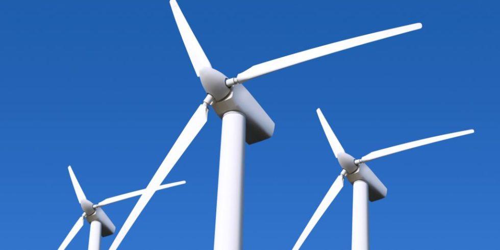 Drei Windräder vor blauem Himmel