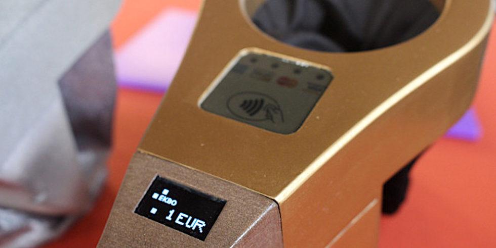 Die Höhe der elektronischen Spende wird am Griff des Klingelbeutels eingestellt. Bei 25 Euro ist Schluss.