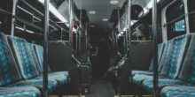 Leere Sitze in einer Straßenbahn