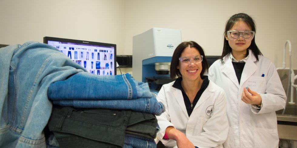 Die Wissenschaftlerinnen Beini Zeng (li.) und Nolene Byrne neben einem Jeansstapel