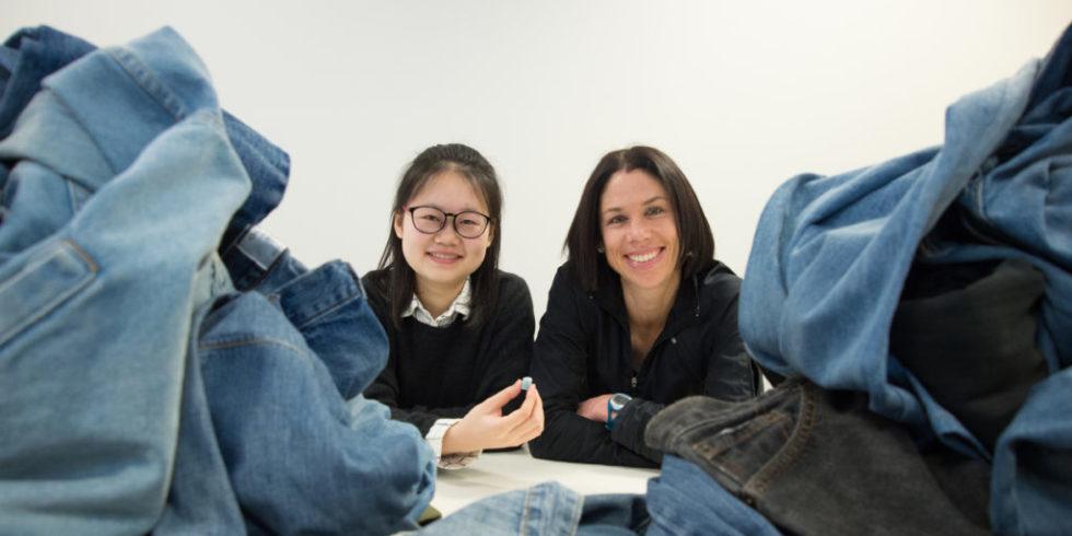 Die Wissenschaftlerinnen Beini Zeng (li.) und Nolene Byrne hinter einem Jeansstapel