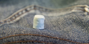 Jeanshose mit Materialprobe