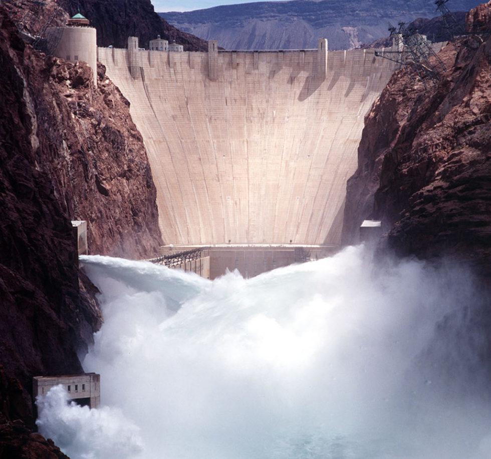 Bis zu 100 Kubikmeter Wasser fließen pro Sekunde durch die Turbinen des Hoover-Damms. Das Kraftwerk erzeugt rund 4 Milliarden kWh Strom im Jahr.