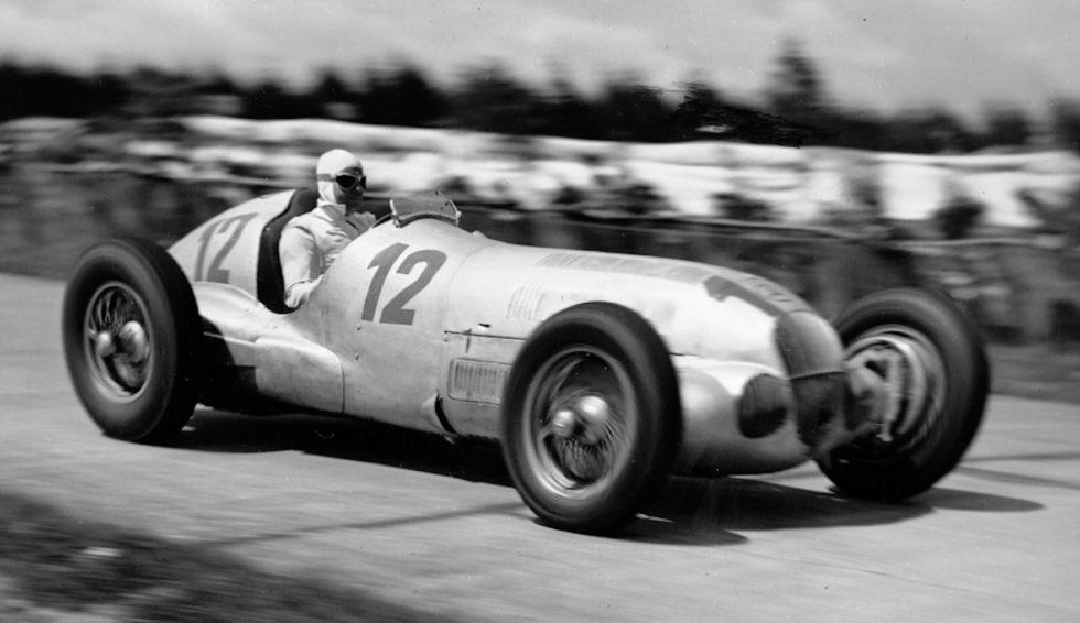 Großer Preis von Deutschland 1937: Rudolf Caracciola im Silberpfeil Mercedes-Benz W 125.