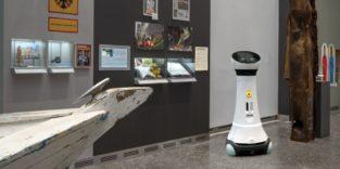 Serviceroboter Eva vor Exponaten im Haus der Geschichte