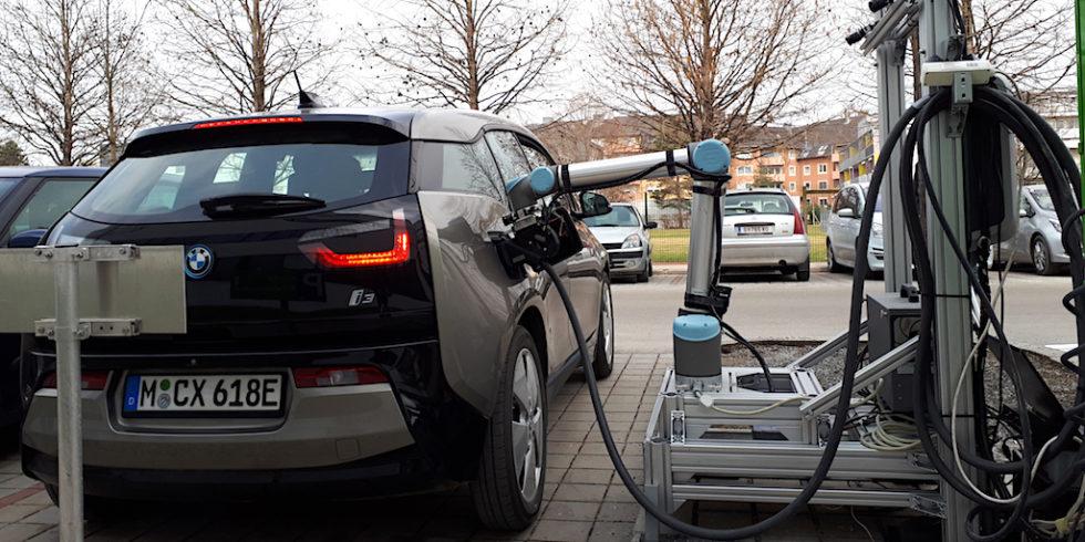 Mit dem robotergesteuerten Schnellladesystem für E-Fahrzeuge präsentieren Forschende der TU Graz gemeinsam mit Industriepartnern eine Weltneuheit.