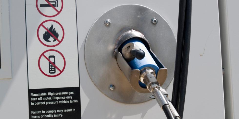 Wasserstofftanke mit Warnhinweisen