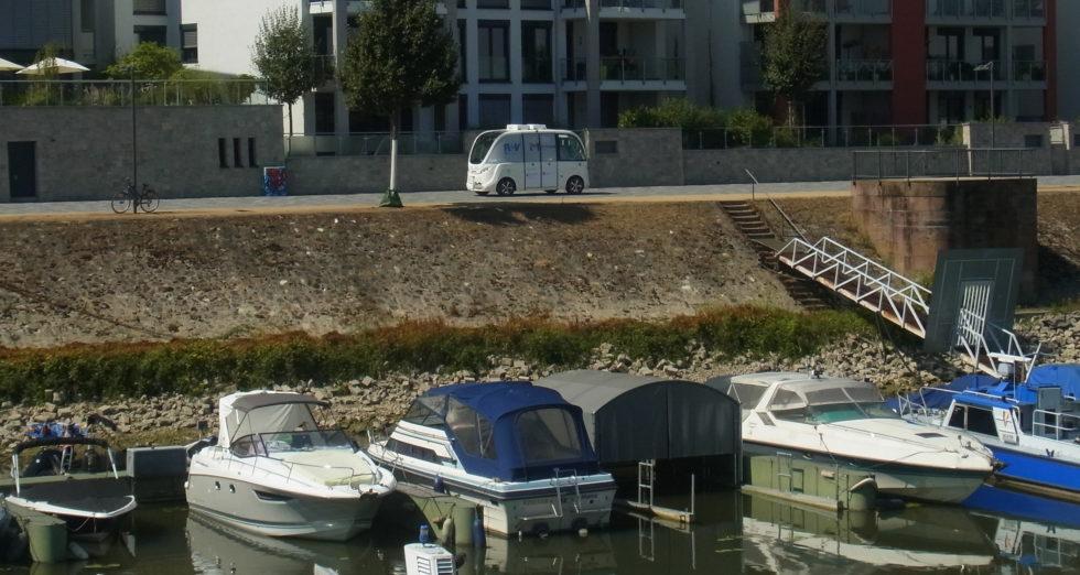 Mainz testet derzeit einen autonom fahrenden Elektrobus, der Fahrgäste entlang der Uferpromenade am Rhein transportiert.