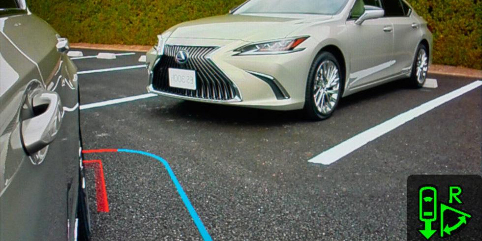 Einparkhilfe mit bunten Linien und anderem Fahrzeug