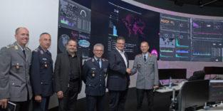 Bundeswehrvertreter beim Besuch des SOC Telekom