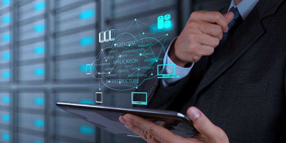 Männerhände mit Tablet und PC-Verbindungssymbolen