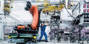 Roboter und Mensch arbeiten nebeneinander in der Montage