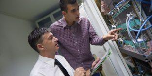 Zwei Männer an einem Server